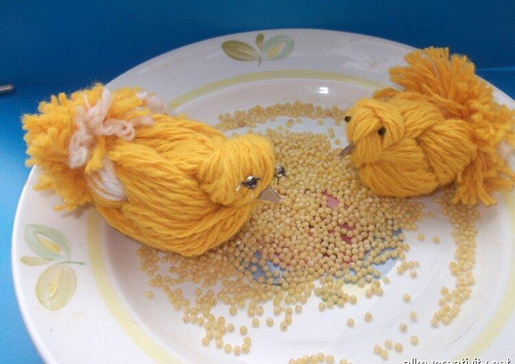 Цыплята из желтой пряжи
