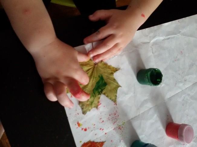 Техника набрызга и печатания листьями для детей